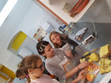priprava-jabolcne-cezane-in-ananasovega-smutija-1_1680x945